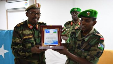Photo of Outgoing AMISOM Force Commander Honoured By The Somali Government.