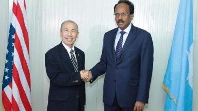 Photo of New US ambassador to Somalia presents his credentials to Somali president