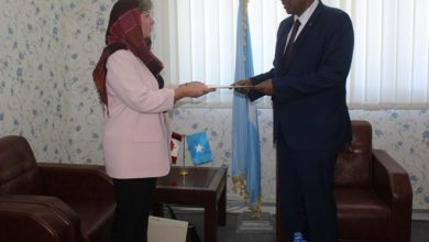 Photo of State FM receives a copy of the credentials of the Ambassador of Canada