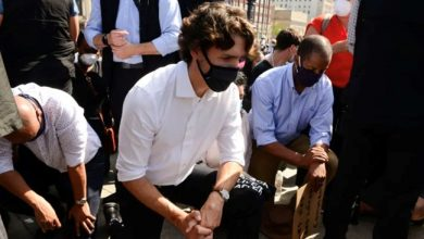 Photo of Trudeau takes a knee at anti-racism protest on Parliament Hill